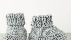 Very Easy Knit Baby Booties Knitting Pattern Flat Knit Baby Booties Free Knitting Pattern Knitted Baby Boots, Knit Baby Shoes, Knitted Booties, Crochet Baby Booties, Baby Socks, Baby Slippers, Knitted Slippers, Baby Booties Knitting Pattern, Mittens Pattern