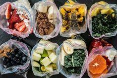 Des smoothies prêts à l'avance, congelés dans des pots Mason // Pre-made smoothies in a bag... would be better in a Mason jar