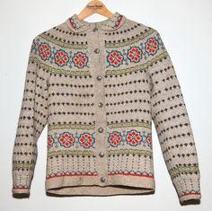 Bilderesultat for lek med tradisjoner Nordic Pullover, Nordic Sweater, Knitting Patterns Free, Knit Patterns, Kreative Jobs, Norwegian Knitting, Knitting For Kids, Vintage Knitting, Cardigans For Women