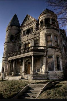 Abandoned Mansion Louisville, Kentucky Shared by Motorcycle Fairings - Motocc Abandoned Buildings, Abandoned Property, Old Abandoned Houses, Abandoned Castles, Old Buildings, Abandoned Places, Old Houses, Architecture Old, Beautiful Architecture