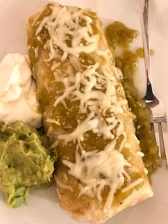 Green Enchilada Sauce - fresh and light enchilada sauce that is perfect for all of your Mexican dishes Homemade Seasonings, Homemade Sauce, Mexican Dishes, Mexican Food Recipes, Green Chili Salsa, Dip For Tortilla Chips, Slow Cooker Mexican Chicken, Green Enchilada Sauce, Taco Fillings