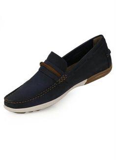 camisa jeans azul escuro, jeans preto, sapatos derby de
