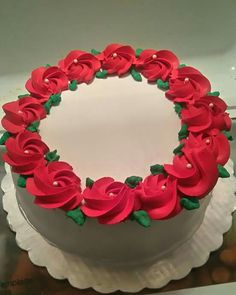 Simplicity. Christmas Cake Designs, Christmas Cake Decorations, Christmas Cupcakes, Holiday Cakes, Christmas Desserts, Christmas Baking, Cake Decorating Frosting, Creative Cake Decorating, Cake Decorating Videos