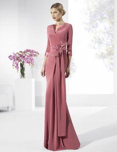 Vestidos de fiesta largos de crep color marsala con fajín con adorno floral.Manu Alvarez