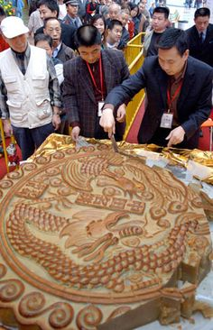 Residents wait to taste a gigantic mooncake during a mooncake festival in Chengdu, Southwest China's Sichuan province September 26, 2006. The 400-kilogram mooncake was part of celebrations for the upcoming Mid Autumn Festival which falls on the 15th day of the 8th lunar month of the Chinese calendar.