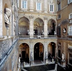 AKG-imágenes -Rome (Latium, Italy),Palazzo Mattei di Giove (built 1598–1617 for Asdrubale Mattei, Duca di Giove; architect: Carlo Maderno).Partial view: inner courtyard (Cortile) with antique sculptures.Photo, 2001.