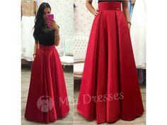 Dlhá skladaná sukňa je z kvalitného pevného materiálu s jemným leskom. Zamilujete si moderné vrecká, ktoré sukni dodávajú originalitu. V tejto sukni budete kráľovnou každej spoločenskej udalosti.Sukňa sa vzadu zapína na zips.