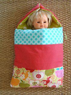 la belette bidouille: La lutine a fabriqué...un nid d'ange... Doll Clothes Patterns, Doll Patterns, Sewing Patterns, Child Doll, Baby Dolls, Barbie Clothes, Diy Clothes, Make Your Own Clothes, Crafts For Girls