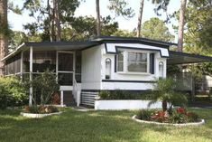 Once you move all of your furniture and other items into a mobile home, it might seem a bit cramped. Create a porch on the outside of your mobile home to both create more space outside the home and to add a decorative element to the home. Buying A Mobile Home, Mobile Home Redo, Mobile Home Porch, Mobile Home Makeovers, Mobile Home Living, Mobile Home Decorating, Porches For Mobile Homes, Mobile House, Decorating Ideas