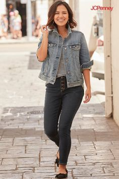 f39edeeb218 Denim on denim outfits are so in this season. The best way to work it