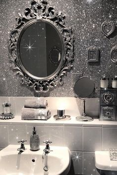 Glitter wall paint – trendy home decorating and accent wall ideas bathroom design in white and s. Glitter Bathroom, Glitter Room, Glitter Home Decor, Silver Glitter, Glitter Gel, Glitter Balloons, Glam And Glitter, Glitter Wine, Glitter Party