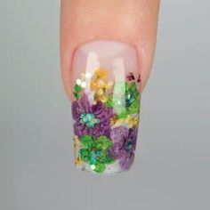 Dried flower acrylic nails. Gonna try this after I have the baby!