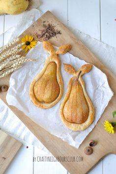 Birne Helene im Blätterteig mit Schokoladensauce . Ein leckeres Herbst-Dessert. Rezept auf Craftyneighboursclub.com #herbstküche #dessert #birnehelene #rezept #backen