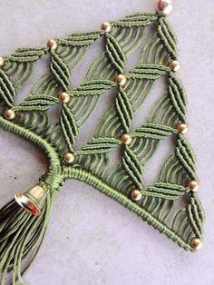 Macrame: idee da tutto il mondo ... | VK Macrame Design, Macrame Art, Macrame Projects, Macrame Knots, Macrame Jewelry, Yarn Crafts, Christmas Crafts, Christmas Tree, 3d Paper Snowflakes