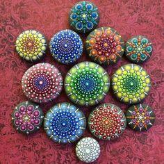 Diese Frau malt Tausende kleine Punkte auf Steinen und kreiert damit wunderschöne Mandalas!