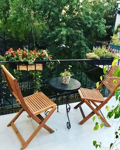 Simple eating area with mismatching table & chairs, and flower boxes #outdoorspace #balcony