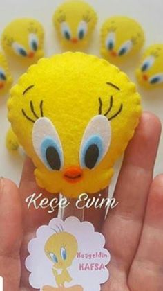 Piu piu de feltro Easter Crafts, Fun Crafts, Felt Giraffe, Felt Pincushions, Felt Keychain, Felt Crafts Patterns, Animal Sewing Patterns, Felt Decorations, Felt Fabric