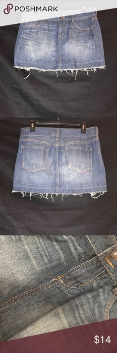 Denim Tube Skirt never worn. classic denim mini skirt with frayed bottom. size 8 regular.  lmk of any questions 🐬 Old Navy Skirts Mini