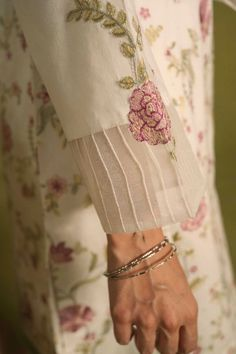 Embroidery On Kurtis, Kurti Embroidery Design, Embroidery Fashion, Floral Embroidery, Sleeves Designs For Dresses, Sleeve Designs, Bridal Lehenga Online, Kurta Neck Design, Pakistani Fashion Casual