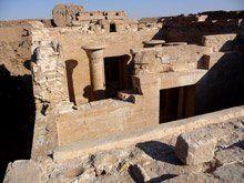 Templo de Qasr el-Ghueita en Kharga. Período Tardío. Este templo empieza su construcción en época de Darío I, estaba dedicado a Amón, Mut y Khonsu. Se compone de un patio, una sala hipóstila, una sala transversal y tres pequeñas cámaras en la parte trasera. Destacan otros templos como el de Hibis en Bagauat dedicado a Amón-Re y Osiris, de piedra calcaria y que se inició con la Din.XXVI. Se compone de un pilono, un patio abierto, una sala hipóstila y un santuario.