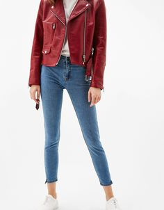 Jeans cropped algodón y poliester. Descubre ésta y muchas otras prendas en Bershka con nuevos productos cada semana