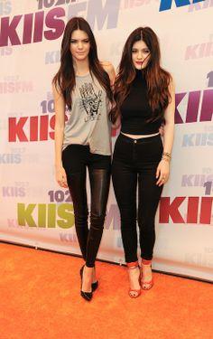 Τις ετεροθαλείς αδερφές των Kardashian τις γνωρίσαμε μέσα από το reality show Keeping Up With The Kardashians και τώρα κάνουν τα δικά τους βήματα στον χώρο της showbiz. H Kendall,18, είναι μοντέλο για μαγιό ενώ μαζί με την αδερφή της Kylie,16, έχουν δημιουργήσει την εφηβική σειρά ρούχων Kendall & Kylie. Η Kendall λέγεται ότι βγαίνει με τον σταρ του συγκροτήματος One Direction, Harry Styles ενώ η Kylie με τον γιο του Will Smith και ηθοποιό Jayden Smith.