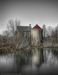 The Haunting Remains of the Virginia Renaissance Faire. Virginia's Renaissance Faire ran from 1996 to and since then the site has remained untouched, slowly crumbling as it falls into the Dark Ages. Old Abandoned Houses, Abandoned Castles, Abandoned Mansions, Abandoned Buildings, Abandoned Places, Amazing Buildings, Old Buildings, Haunted Places, Haunted Houses