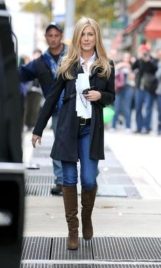 """Jennifer Aniston Photos - Jennifer Aniston sports a lighter blond hairstyle as she walks to her trailer on the set of her upcoming film """"Wanderlust"""", filming on location in the West Village. - Jennifer Aniston on the Set of """"Wanderlust"""" Mode Outfits, Fall Outfits, Casual Outfits, Fashion Outfits, Womens Fashion, Summer Outfits, Fashion Ideas, Style Work, Mode Style"""