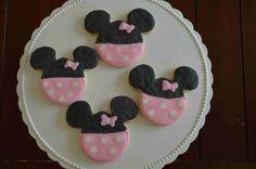 Pour pouvoir réaliser ces magnifiques cookies, nous avons utilisé du glaçage royale. La base du cookie peut être n'importe laquelle pourvu qu'elle soit lisse. Pour les nœuds de Minnie ci-dessus et ci-dessous, nous avons utilisé le glaçage royal (royal...