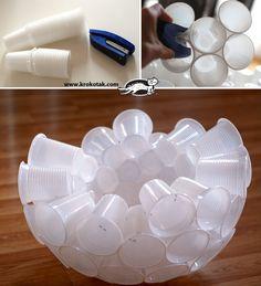 un bonhomme de neige en gobelets plastique : c'est (PAS) moi qui l'ai fait