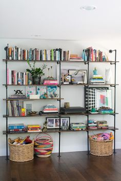 44 Awesome Open Shelving Bookshelves Ideas To Decorating Your Room. If you've got the room, do it! This living room has a lot of long horizontal simple built in shelves that even examine the doo. Style At Home, Bookshelf Styling, Pipe Bookshelf, Pipe Shelves, Bookshelf Organization, Bookshelf Ideas, Bookshelf Design, Organization Ideas, Bookshelf Decorating
