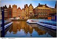 """Canales de Amsterdam       Los románticos canales de la ciudad de Amsterdam, también conocidos como """"grachtengordel"""" constituyen el principal atractivo de la capital holandesa. Son ciento sesenta los canales que surcan Amsterdam, atravezados por 1281 puentes, entre los cuales 8 son levadizos. Los canales principales son cuatro, dispuestos en forma semicircular concéntrica: Singel, Herengracht, Keizersgracht y Prinsengracht, aunque hay otros canales secundarios más pequeños que son también…"""