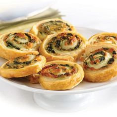 Spinach-cheese swirls - These tempting appetizers look like they're difficult to make. They feature a spinach, onion and cheese filling simply rolled up in flaky puff pastry and sliced into pinwheels. Snacks Für Party, Appetizers For Party, Appetizer Recipes, Pinwheel Appetizers, Good Food, Yummy Food, Puff Pastry Recipes, Comida Latina, Spinach And Cheese