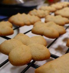 A minap megláttam Kiskuktánál a darálós kekszeket, eszembe jutott a keksznyomó készülék, amit néhány hónapja vásároltam. Ki akartam próbá... Cookies, Clean Eating, Muffin, Dessert Recipes, Jade, Food, Christmas, Wafer Cookies, Tasty Food Recipes