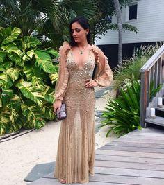 Luciana Tranchesi veste Helô Rocha para o casamento de Helena Bordon e Humberto Meirelles em St Barths. O vestido nude é cheio de texturas, transparência, recortes e decote profundo.