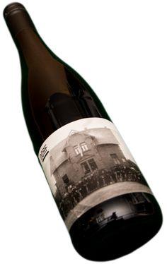 Ein Spätburgunder aus dem Dorf, ein Landwein mit Metropolen Swag.  Trinken für Fortgeschrittene - ein Wein, der polarisiert, Pinot noir wie er sein muss.  In der Nase Waldboden, Pilze, Pferd. Wer sich mal im nassen Wald auf die Schnauze gelegt hat, kennt den Geruch.  Im Mund feine Kirscharomen, weiche Gerbstoffe, die dem Wein Kraft und Druck geben ohne ihm die Süffigkeit zu nehmen.  Ganz großartiger Pinot Noir.