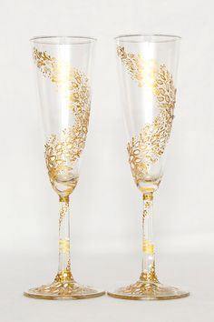 Wine glasses decorated with gold pattern by MyHandmadepl on Etsy Unique Wine Glasses, Wine Bottle Glasses, Wedding Wine Glasses, Decorated Wine Glasses, Wedding Champagne Flutes, Painted Wine Glasses, Champagne Glasses, Glitter Glasses, Crystal Stemware