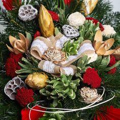 Pietny aranžmán zo živej čečiny, sušín a dekorácie v červeno-bielej farbe. Wreaths, Table Decorations, Fall, Furniture, Home Decor, Autumn, Decoration Home, Door Wreaths, Fall Season