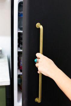 DIY Black Fridge with Brass Pulls - Little Green Notebook Refrigerator Makeover, Paint Refrigerator, Painted Fridge, Studio Kitchenette, Painting Appliances, Retro Fridge, Little Green Notebook, Smeg, Gold Spray Paint