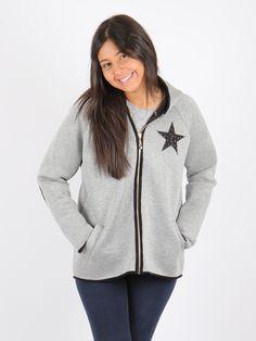 chaqueta gris con capucha, personalizada con estrella y coderas
