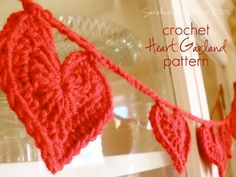 Cute crocheted heart garland:-) I LOVE LOVE LOVE this idea! Kinda like my snowflake garland for my mantle my mom mafe me for Christmas!