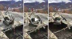 Suspenso Por Uma Grua, Manobrador Mostra o Que Fazer Quando Se Quer Apenas Demolir Um Telhado