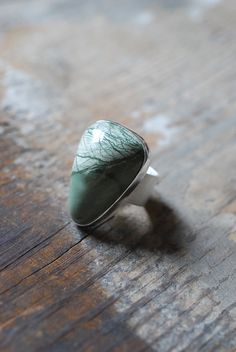 Une substitution naturelle bijou à motifs jaspe mousse vert clair et foncé Orne cette bague.  Rare car c'est tous les colorants naturels, jolies