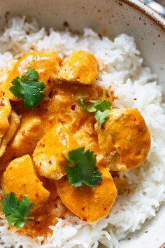 OMG! Einfaches Chicken-Curry mit Kokosmilch ist das perfekte Feierabend-Rezept! Nur 8 Zutaten und in 30 Minuten auf dem Tisch! - Kochkarussell.com #curry #chicken #thaifood #rezept Coconut Milk Curry, Meat Recipes, Indian Food Recipes, Chicken Recipes, Cooking Recipes, Ethnic Recipes, Chicken Tikka Masala, Chicken Curry, Protein Foods