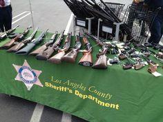 July 20, 2013, Carson. Intercambio de armas por targetas de regalo resulta en 55 rifles, 31 escopetas, 5 armas de asalto y 68 pistolas.