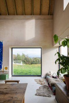 Elliott Architects defines barn-style rural England house with steep gables. fenster innen Steep gable defines barn-style house in rural England by Elliott Architects Home Interior, Interior Architecture, Interior And Exterior, Interior Design, Interior Livingroom, Apartment Interior, Banks House, Living Room Decor, Living Spaces