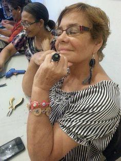 Aretes y anillo de Jeans. Pulseras de corcho y plástico. Taller de bisutería reciclada Centro Cultural de España de Santo Domingo.