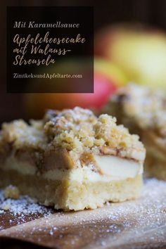 Apple cheesecake with walnut crumble and caramel sauce- Apfel-Cheesecake mit Wal. - Apple cheesecake with walnut crumble and caramel sauce- Apfel-Cheesecake mit Walnuss-Streuseln und - Apple Cheesecake, Cheesecake Recipes, Dessert Recipes, Caramel Cheesecake, Cheesecake Bars, Cheese Cake Receita, Sauce Caramel, Snacks Sains, Fall Cakes