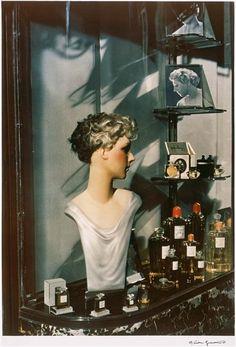 Gisèle Freund, Vitrine d'un Coiffeur, Paris, 1938. #vintage #1930s #shop_windows #hair