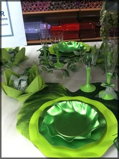 """Table de Fête """"nature"""" pour un mariage, un anniversaire ou un baptême dans plusieurs tons de vert. D'autres idées de décoration de Fête ? Découvrez notre blog : http://www.boutique-jourdefete.com/blog/actualite-des-magasins/idees-de-decoration-de-table/"""